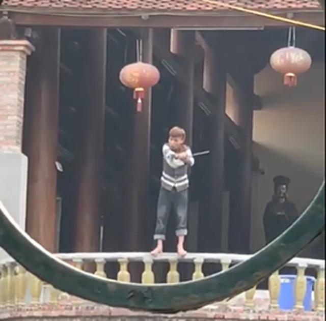 Hà Nội: Nam thanh niên có biểu hiện ngáo đá cầm dao vắt vẻo trên lan can chùa Phúc Long khiến người dân phẫn nộ - Ảnh 2.