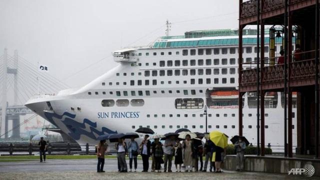 Khách đổ bệnh đồng loạt, du thuyền đến Việt Nam phải dừng ở Singapore - Ảnh 1.