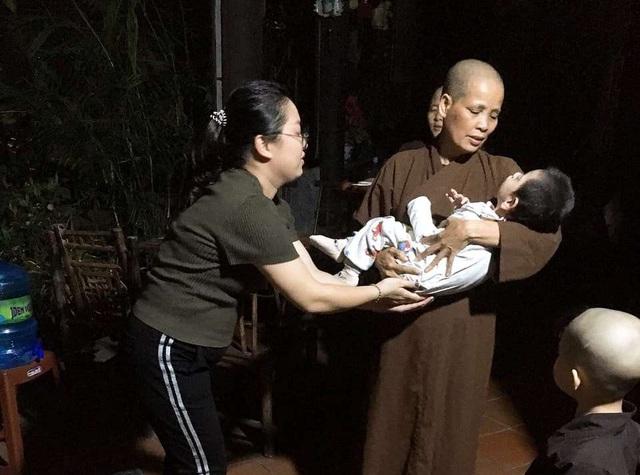 Hải Dương: Bé trai 2 tuổi bị bỏ rơi trong đêm trước cửa nhà dân - Ảnh 2.