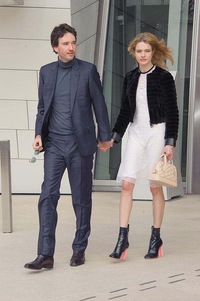 Cô gái bán hàng rong, từng ly hôn trở thành vợ thái tử Louis Vuitton - Ảnh 2.
