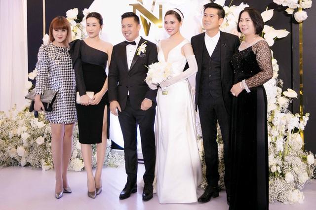 Vượt qua sóng gió hôn nhân, Hồ Hoài Anh - Lưu Hương Giang tay trong tay đi đám cưới Giang Hồng Ngọc  - Ảnh 5.