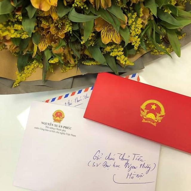 Thủ tướng Nguyễn Xuân Phúc gửi thư và hoa động viên nữ sinh Ngoại thương mắc ung thư - Ảnh 1.