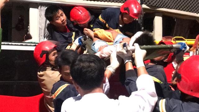 20 cảnh sát cứu hỏa giải cứu 3 nạn nhân mắc kẹt trong xe - Ảnh 2.