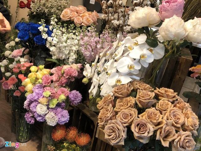 Mua hoa cả chục triệu đồng tặng thầy cô ngày 20/11 - Ảnh 1.