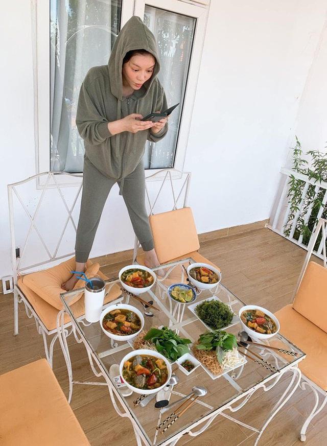 Lý Nhã Kỳ sống ảo sau khi nấu ăn, té ghế với bộ dạng cô trong ảnh hậu trường  - Ảnh 3.