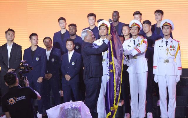 Hà Nội FC dành tặng chức vô địch cho người hâm mộ, đón nhận huân chương lao động hạng Ba - Ảnh 1.
