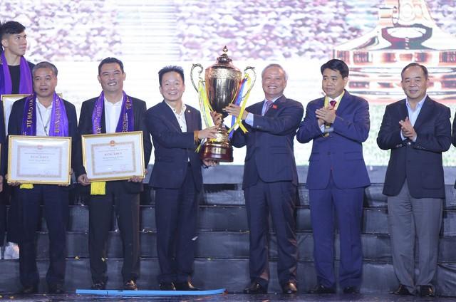 Hà Nội FC dành tặng chức vô địch cho người hâm mộ, đón nhận huân chương lao động hạng Ba - Ảnh 3.