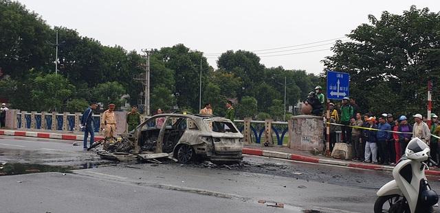 Đạp cửa xe đang cháy rực, nữ tài xế xe Mercedes chạy đến ôm một thi thể đang nằm giữa đường - Ảnh 1.