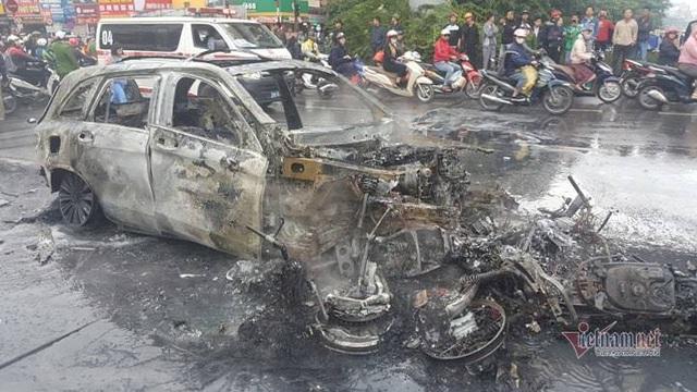 Ô tô và 3 xe máy cháy rực trên đường Lê Văn Lương, 1 người chết - Ảnh 2.