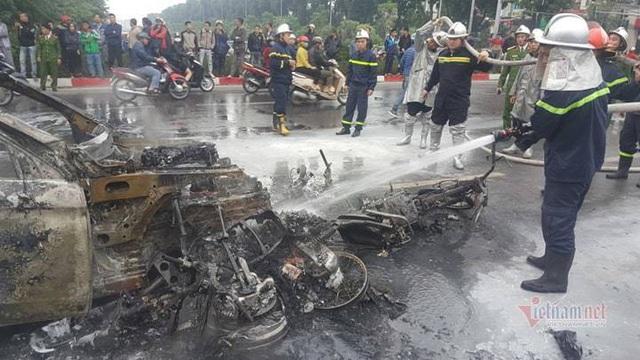 Ô tô và 3 xe máy cháy rực trên đường Lê Văn Lương, 1 người chết - Ảnh 3.