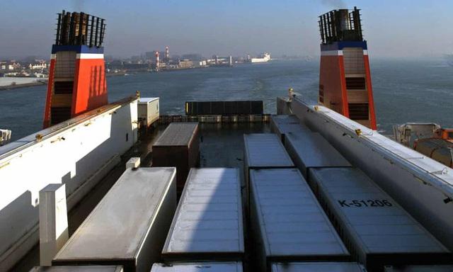 Phát hiện 25 người trong container đông lạnh trên phà đến Anh - Ảnh 1.