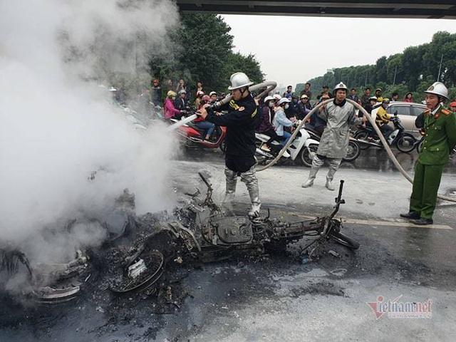 Ô tô và 3 xe máy cháy rực trên đường Lê Văn Lương, 1 người chết - Ảnh 4.