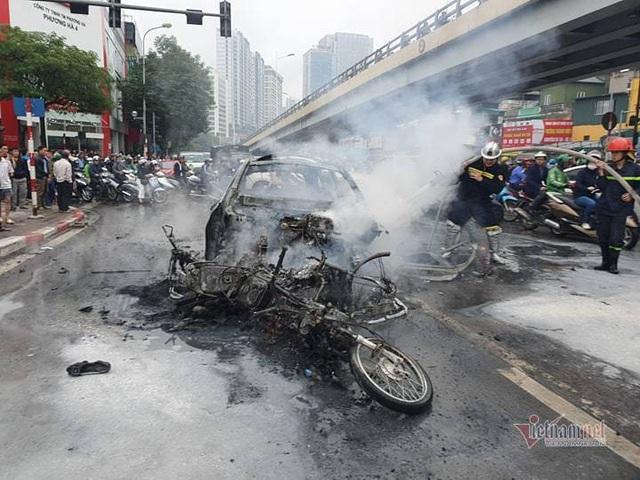 Ô tô và 3 xe máy cháy rực trên đường Lê Văn Lương, 1 người chết - Ảnh 5.