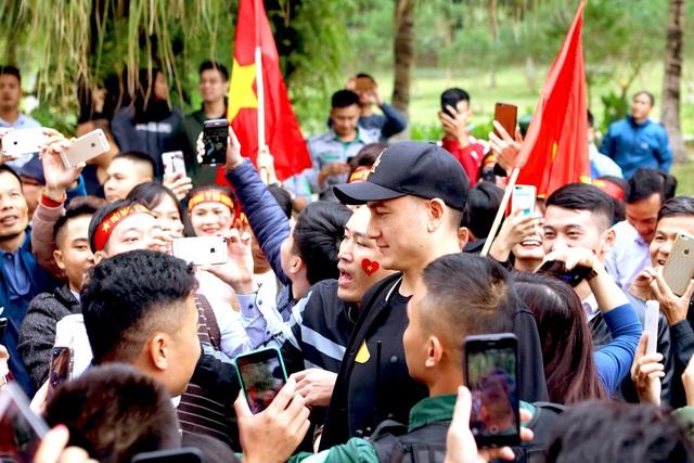 Cư dân Ecopark nồng nhiệt chào đón thầy trò HLV Park Hang Seo và thủ môn Đặng Văn Lâm - Ảnh 5.