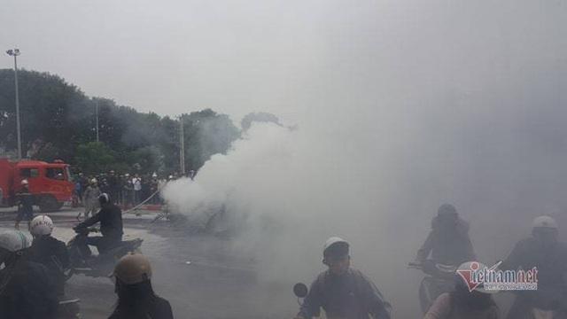 Ô tô và 3 xe máy cháy rực trên đường Lê Văn Lương, 1 người chết - Ảnh 7.