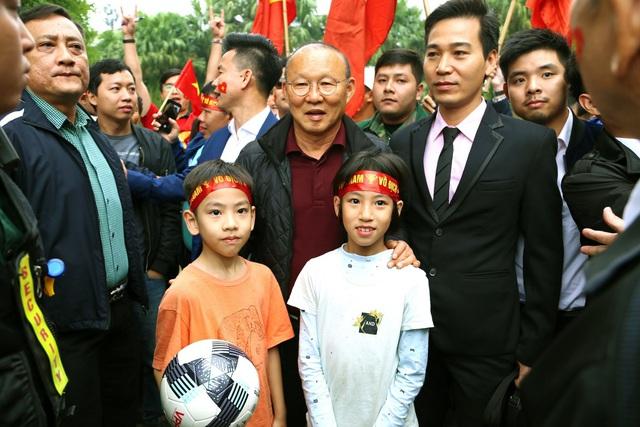 Cư dân Ecopark nồng nhiệt chào đón thầy trò HLV Park Hang Seo và thủ môn Đặng Văn Lâm - Ảnh 6.