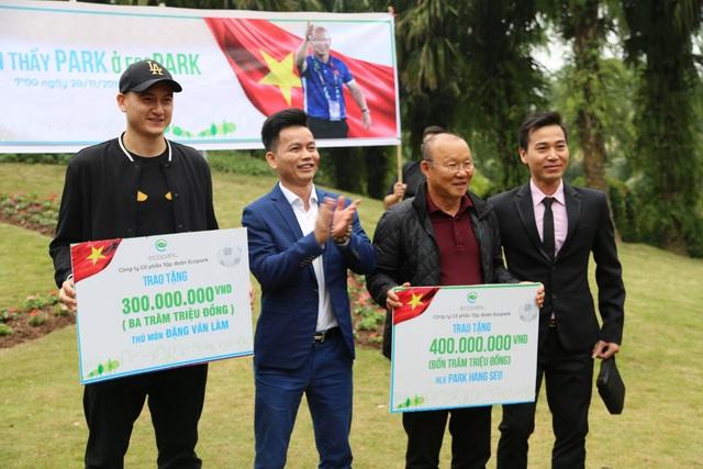 Cư dân Ecopark nồng nhiệt chào đón thầy trò HLV Park Hang Seo và thủ môn Đặng Văn Lâm - Ảnh 7.