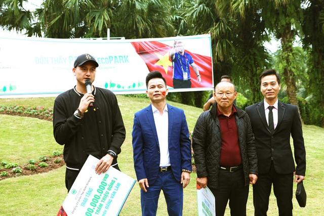Cư dân Ecopark nồng nhiệt chào đón thầy trò HLV Park Hang Seo và thủ môn Đặng Văn Lâm - Ảnh 8.