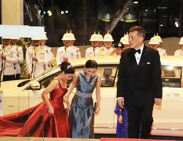 Hoàng hậu Thái Lan xuất hiện rạng rỡ, cười không ngớt bên cạnh Quốc vương Thái Lan sau sóng gió hậu cung trong sự kiện mới nhất - Ảnh 2.
