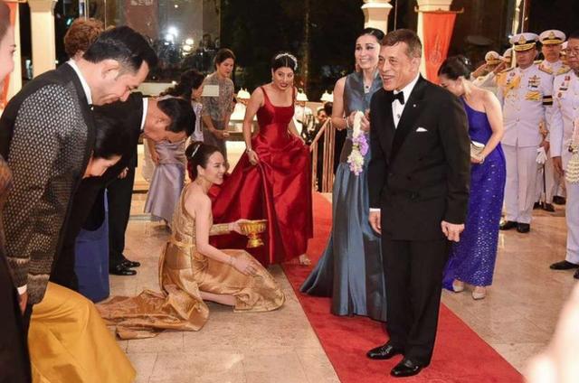 Hoàng hậu Thái Lan xuất hiện rạng rỡ, cười không ngớt bên cạnh Quốc vương Thái Lan sau sóng gió hậu cung trong sự kiện mới nhất - Ảnh 3.