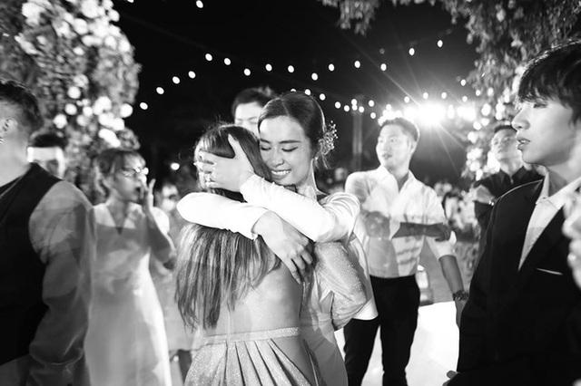 10 ngày sau đám cưới cổ tích, Đông Nhi bất ngờ tung loạt khoảnh khắc đáng nhớ với đủ các cung bậc cảm xúc cùng dàn khách mời đình đám - Ảnh 20.
