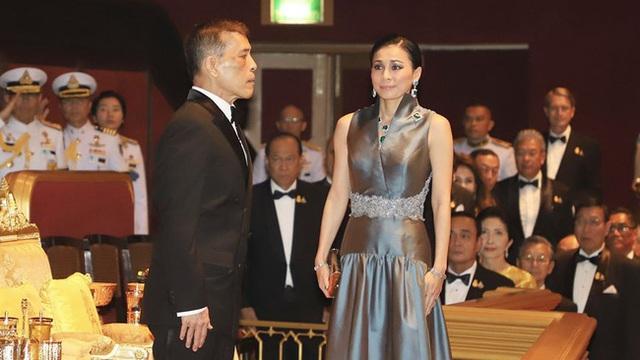 Hoàng hậu Thái Lan xuất hiện rạng rỡ, cười không ngớt bên cạnh Quốc vương Thái Lan sau sóng gió hậu cung trong sự kiện mới nhất - Ảnh 4.