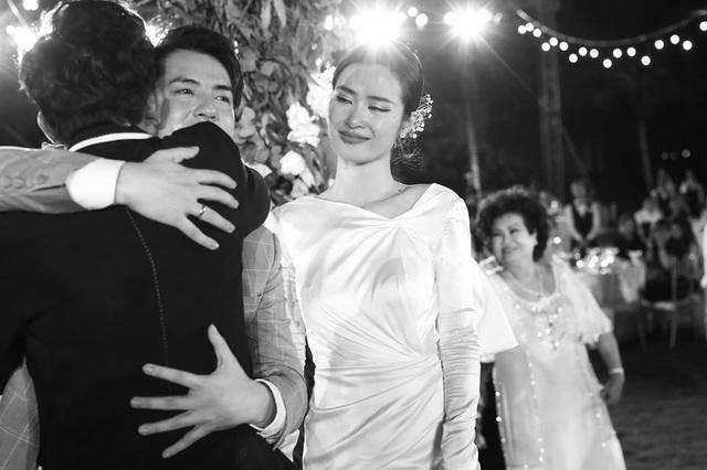 10 ngày sau đám cưới cổ tích, Đông Nhi bất ngờ tung loạt khoảnh khắc đáng nhớ với đủ các cung bậc cảm xúc cùng dàn khách mời đình đám - Ảnh 22.