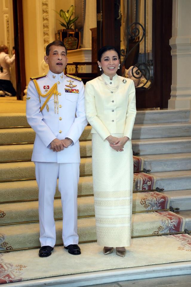 Hoàng hậu Thái Lan xuất hiện rạng rỡ, cười không ngớt bên cạnh Quốc vương Thái Lan sau sóng gió hậu cung trong sự kiện mới nhất - Ảnh 6.