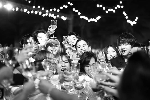 10 ngày sau đám cưới cổ tích, Đông Nhi bất ngờ tung loạt khoảnh khắc đáng nhớ với đủ các cung bậc cảm xúc cùng dàn khách mời đình đám - Ảnh 5.