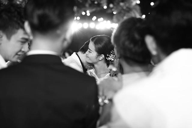10 ngày sau đám cưới cổ tích, Đông Nhi bất ngờ tung loạt khoảnh khắc đáng nhớ với đủ các cung bậc cảm xúc cùng dàn khách mời đình đám - Ảnh 9.
