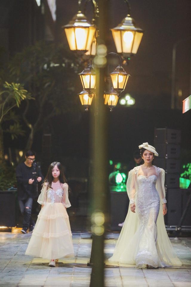 Bỏ qua hiềm khích, cặp đôi Hồ Ngọc Hà - Kim Lý chăm chú theo dõi Lệ Quyên trình diễn thời trang - Ảnh 1.