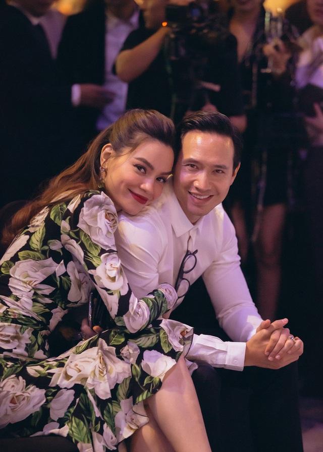 Bỏ qua hiềm khích, cặp đôi Hồ Ngọc Hà - Kim Lý chăm chú theo dõi Lệ Quyên trình diễn thời trang - Ảnh 3.