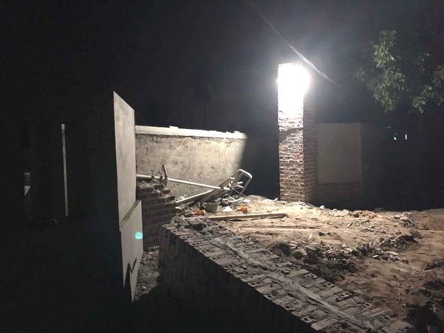 Tai nạn thương tâm: Mái cổng bất ngờ đổ sập, 2 thợ xây bị đè tử vong - Ảnh 1.