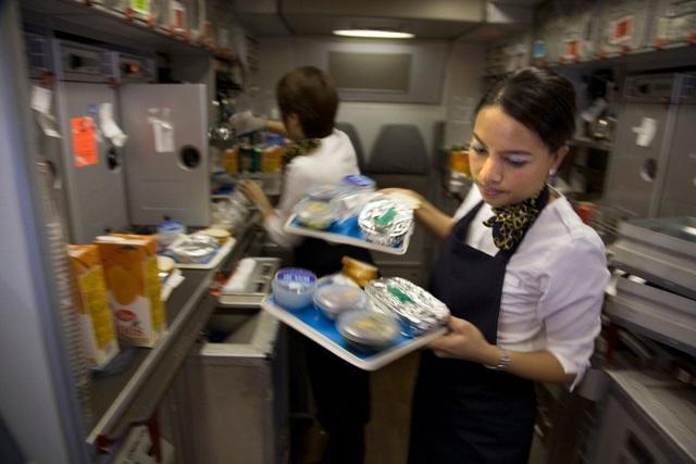 Các hãng hàng không sống nhờ mì tôm, gấu bông như thế nào - Ảnh 1.