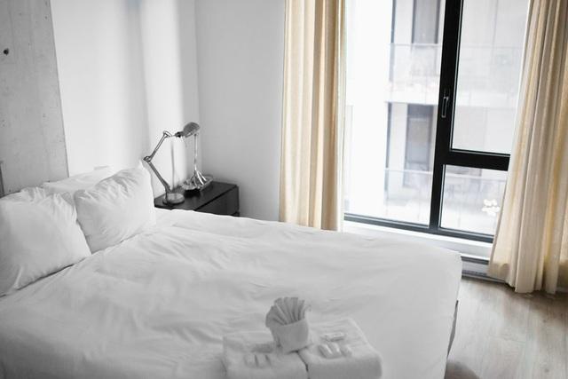 Vì sao đa số ga trải giường trong khách sạn có màu trắng? - Ảnh 1.