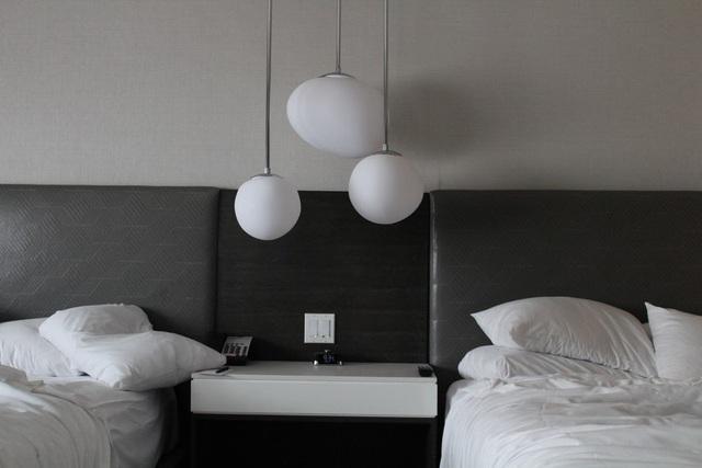 Vì sao đa số ga trải giường trong khách sạn có màu trắng? - Ảnh 2.