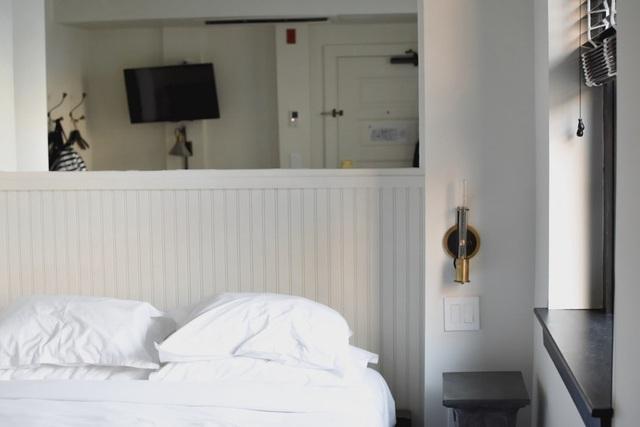 Vì sao đa số ga trải giường trong khách sạn có màu trắng? - Ảnh 4.