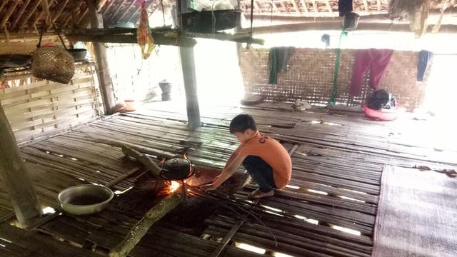 """Cận cảnh cuộc sống mới của cậu bé """"cô độc trong rừng"""" ở Tuyên Quang - Ảnh 1."""