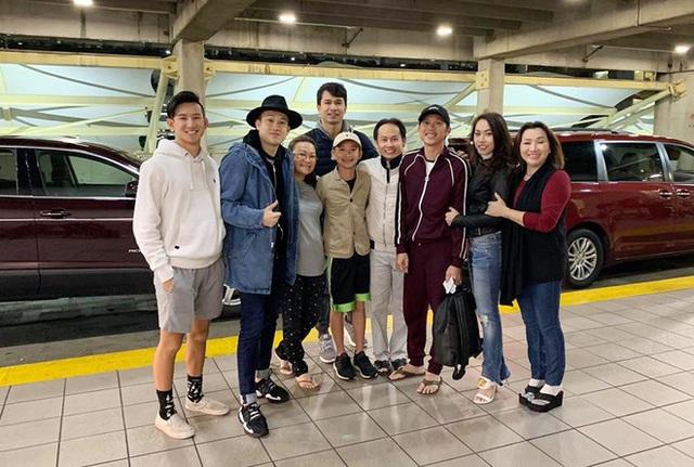 Hoài Linh đăng ảnh đoàn tụ gia đình ở Mỹ - Ảnh 1.