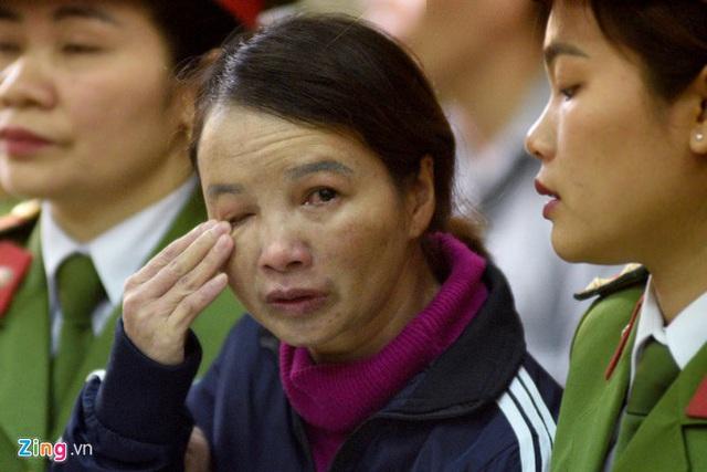 Mẹ nữ sinh giao gà khóc đỏ mắt khi nhìn thấy chồng và con gái tại tòa - Ảnh 3.
