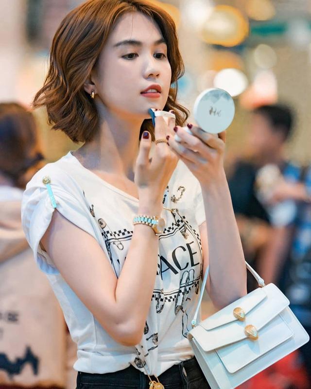 Đụng độ một mẫu áo phông: Ngọc Trinh thắng thế trong khoản khoe dáng nhưng Minh Hằng lại mix đồ ấn tượng hơn hẳn - Ảnh 4.