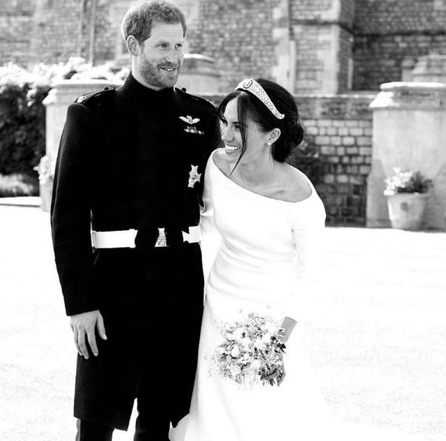 Vợ chồng Meghan Markle và Hoàng tử Harry kỷ niệm 2 năm công bố đính hôn - Ảnh 1.