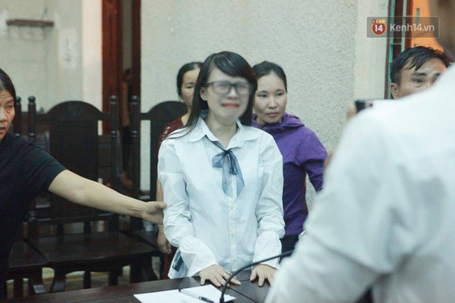 Chị gái nữ sinh giao gà gục khóc nức nở tại tòa sau khi mẹ bị tuyên án 20 năm tù - Ảnh 3.