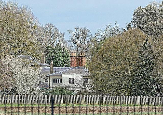 Nhà Harry - Meghan lắp hàng rào thứ ba - Ảnh 2.