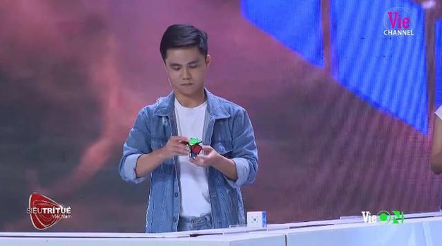Siêu trí tuệ Việt Nam: Nhà báo Lại Văn Sâm cảm thấy khiếp đảm, Tóc Tiên nín thở với màn xếp 100 rubik - Ảnh 2.