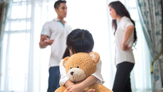 """Hai vợ chồng cãi nhau, con gái bất ngờ chạy đến hét lớn """"bố mẹ ly hôn con sẽ bỏ nhà đi"""" tôi như chết lặng - Ảnh 1."""