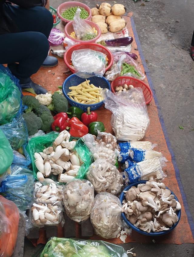 Nấm tươi bày bán la liệt ở chợ dân sinh dễ có độc tố - Ảnh 2.