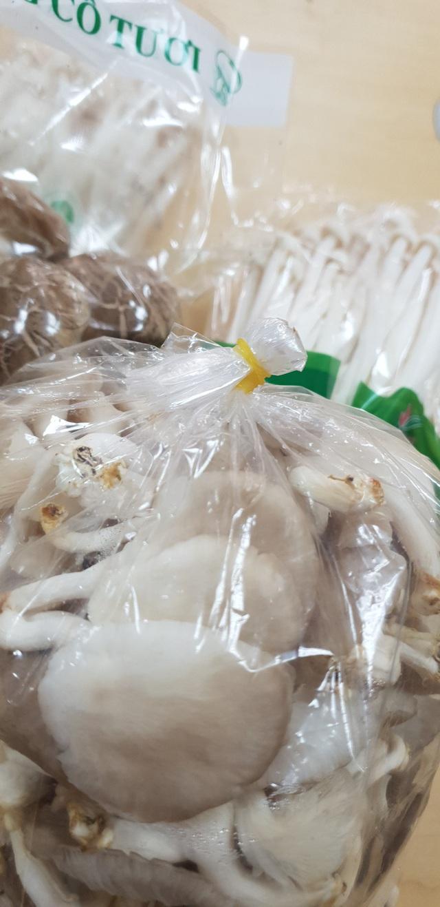 Nấm tươi bày bán la liệt ở chợ dân sinh dễ có độc tố - Ảnh 13.