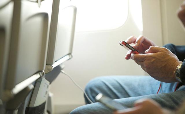 Điều gì sẽ xảy ra khi bạn không tắt các thiết bị điện tử trên máy bay? - Ảnh 1.