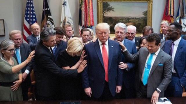 Cố vấn tâm linh cầu nguyện cho ông Donald Trump giữa sóng gió luận tội - Ảnh 1.